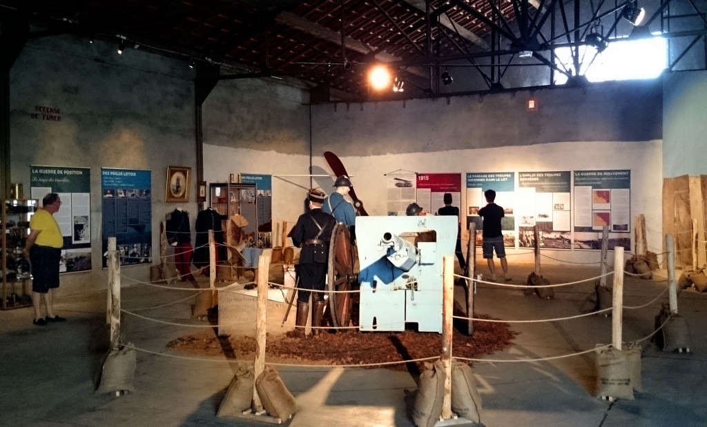 Photo de l'exposition, canon de 75. Cahors et le Lot dans la Grande Guerre