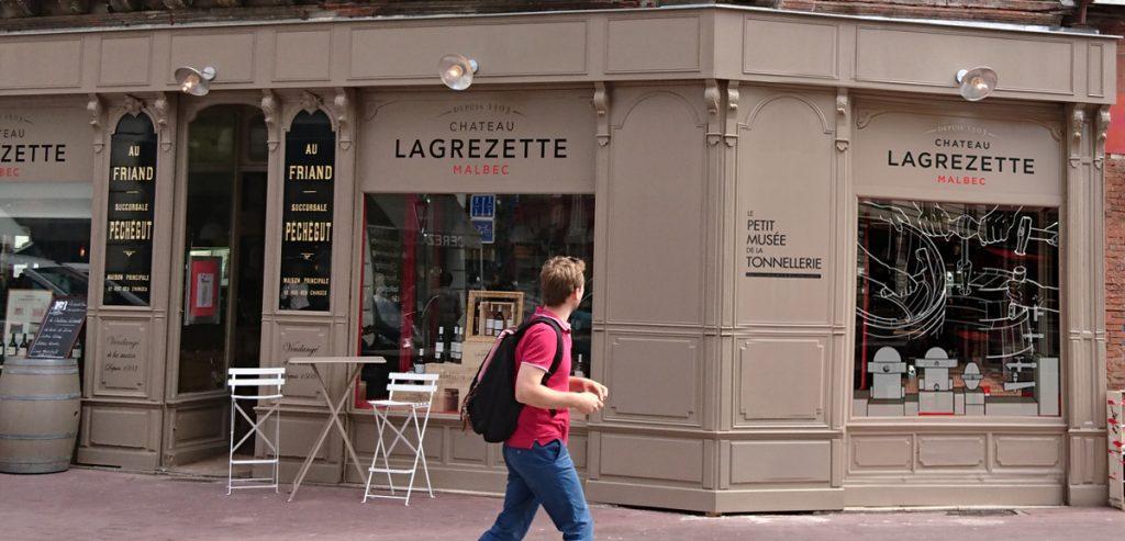 Boutique du Château Lagrezette, vue de la vitrine extérieure.